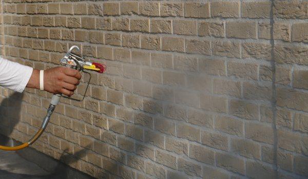 Waterafstotend behandelen gevel met hydrofuge